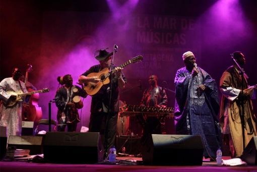 Djelimady Tounkara (guitarra eléctrica), Eliades Ochoa (guitarra), Lassana Diabaté (balafón), Kasse Mady Diabaté (voz) y Bassekou Kouyaté (n'goni)